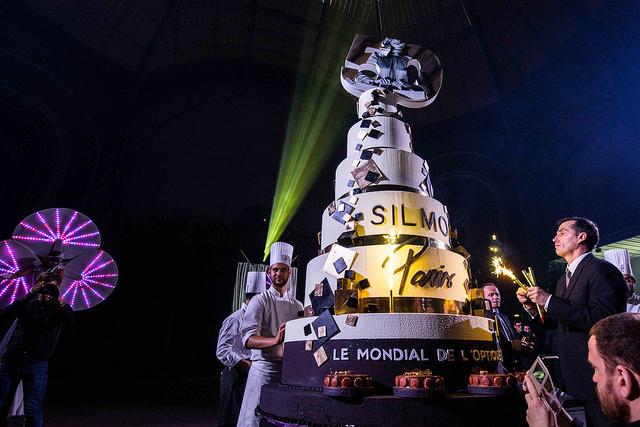 Eine Riesentorte zum 50. Geburtstag der SILMO