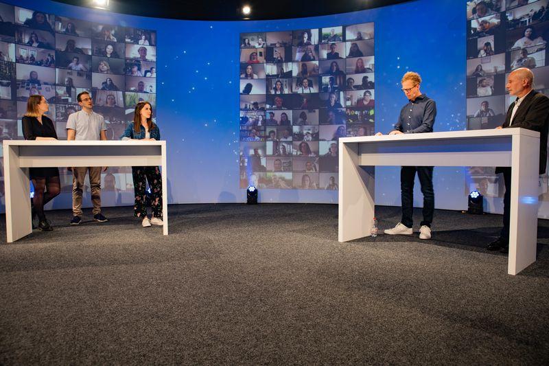 Moderator Daniel Danger sprach mit Lehrer Jörn Kommnick und drei der Prüfungsbesten 2020